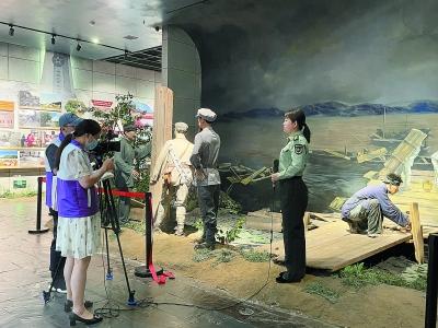融媒体报道组在中央红军长征出发纪念馆拍摄采访。 通讯员 王丹丹摄