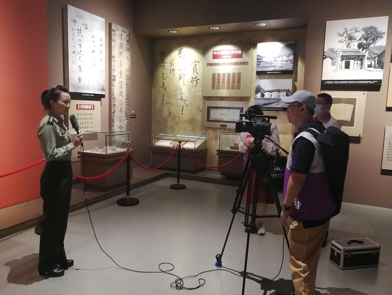 融媒体报道组在井冈山革命博物馆拍摄采访。 通讯员 张晴摄