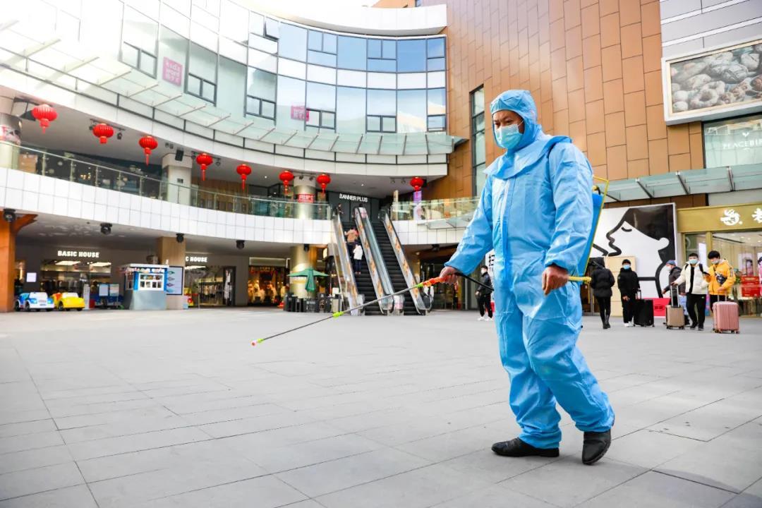 1月13日,馬群花園城在商場入口處為每一位顧客進行測溫、查看健康碼,對公共場所加強清潔消毒,落實防疫舉措。南報融媒體記者段仁虎攝