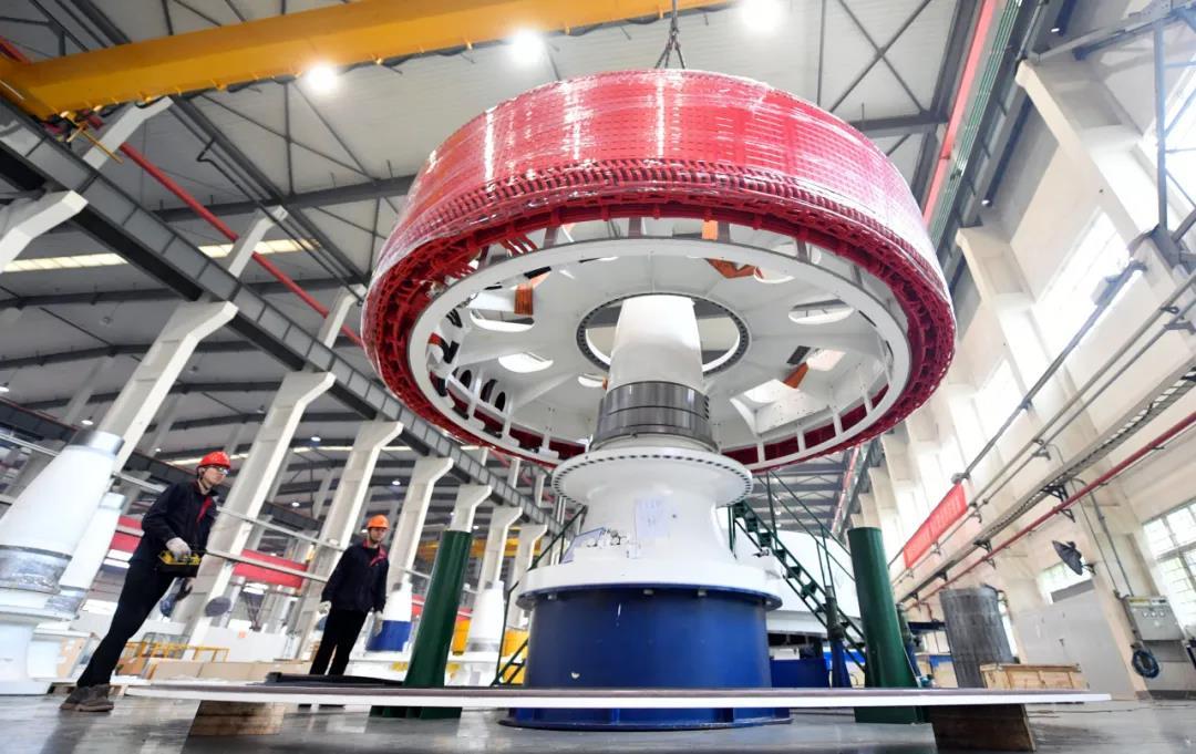 位于江宁高新区的南京汽轮电机长风新能源股份有限公司内,工人正在加紧组装直驱风力发电机。南报融媒体记者 冯芃摄