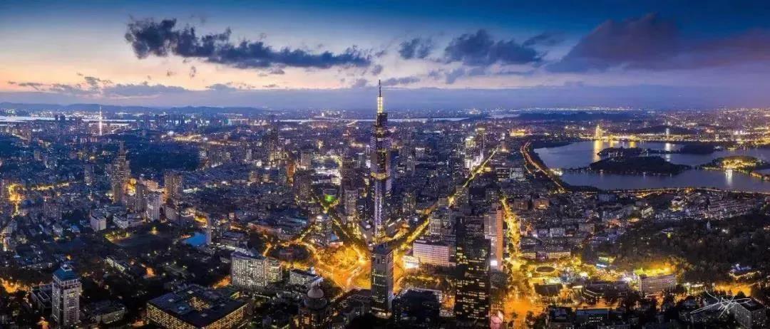 傍晚,华灯初上的南京城璀璨夺目。南报融媒体记者 丁劼摄