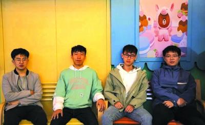 从左至右为:孙伟豪、董道阳、刘畅、刘继久。通讯员 董萱儿摄